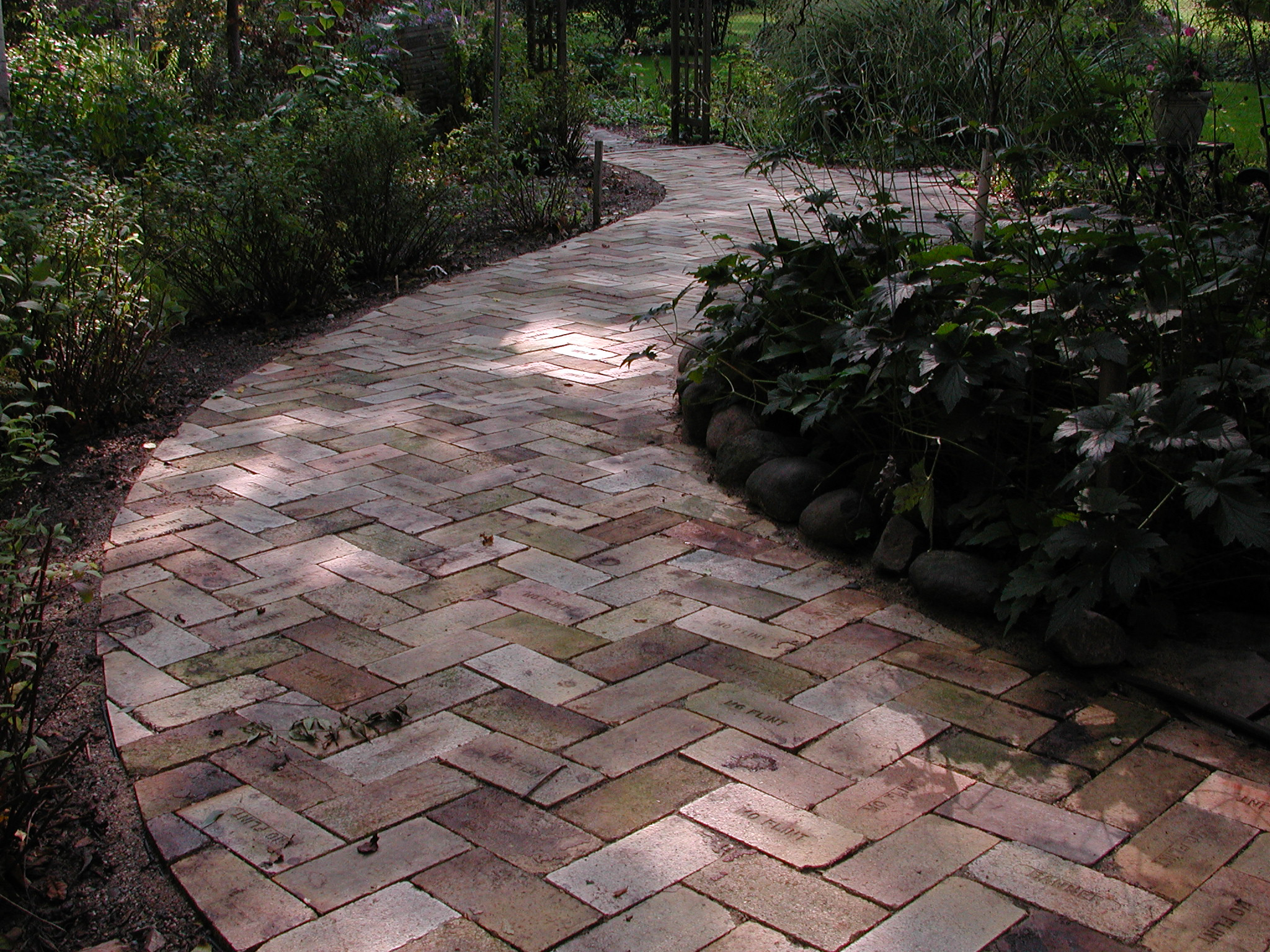 yellow brick walkway design - Flagstone Walkway Design Ideas