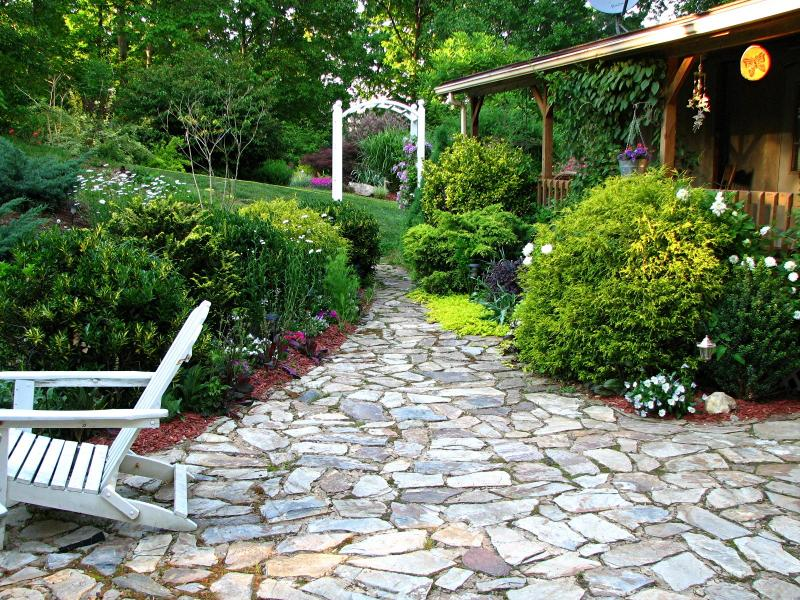 Design walkways and garden paths garden design for living for Camino de piedra para jardin