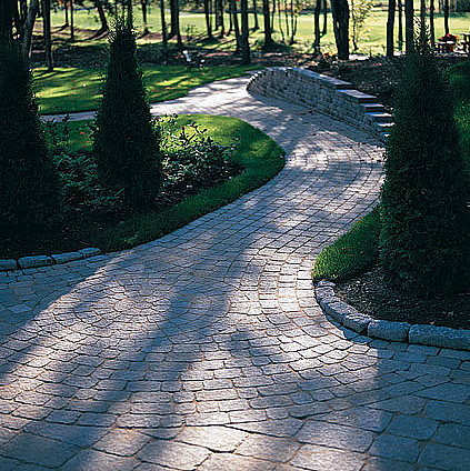 Design walkways and garden paths garden design for living for Paving designs for small garden path